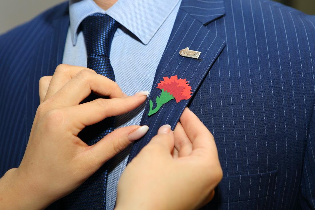 Красная гвоздика считается символом памяти павшим героям иблагодарности ныне живущим ветеранам