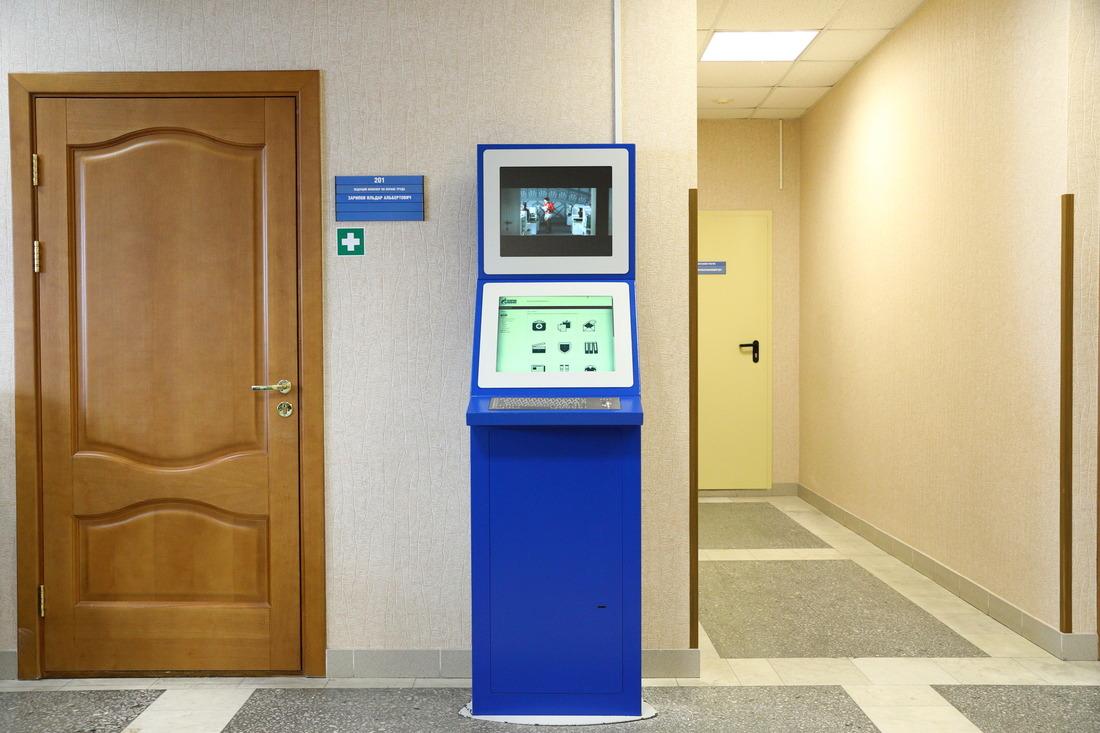 Инфоточки киоски располагаются вхолле административных зданий подразделений компании